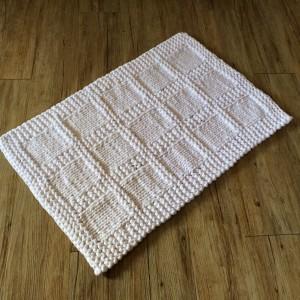 un tapis de bain tricot en trapilho. Black Bedroom Furniture Sets. Home Design Ideas